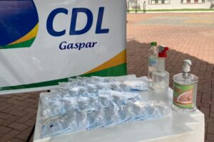 CDL de Gaspar distribui mil kits de máscaras e álcool em gel